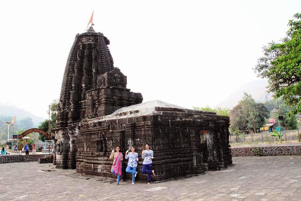 girls at Amruteshwar Temple