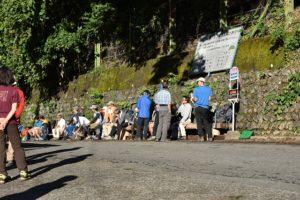 東海フォレストのバス停で待つ人たち