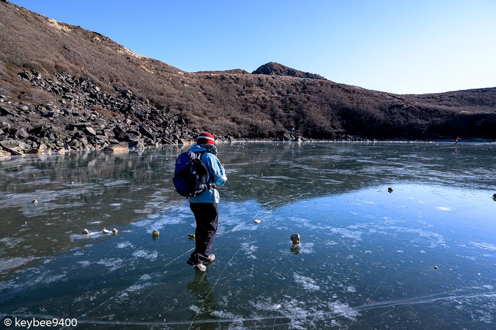 恐る恐る氷に乗る