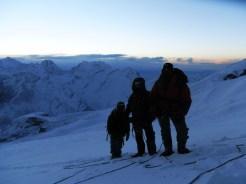 acercarse a la cumbre maxima mera durante el amanecer