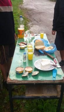 Macedonia - po zejściu z góry Korab (2764m), jedzenie podarowali nam strażnicy graniczni (kryzysowa sytuacja)