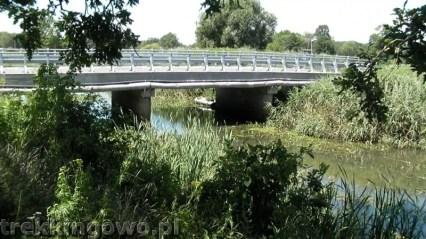 Ponton przycumowany obok mostu