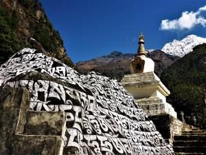 Mani-Steinsammlung vor einem anmutigen Stupa