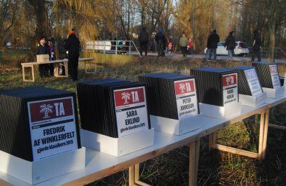 Fler än 160 inramade diplom väntade på löparna.