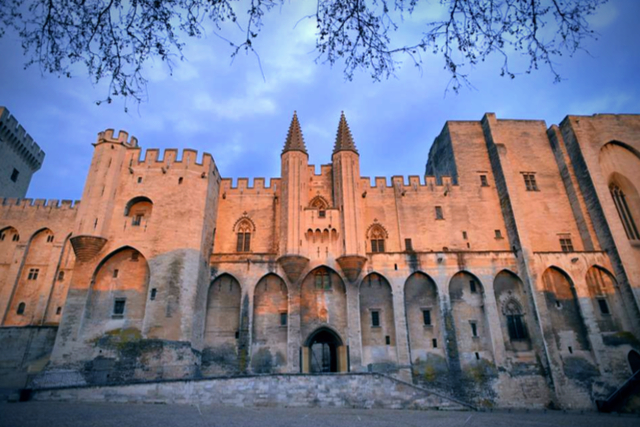 Palais des Papes - By palais-des-papes.jpg