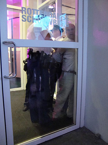 11 man wordt in de boeien geslagen na verspreiden vlugschrift)