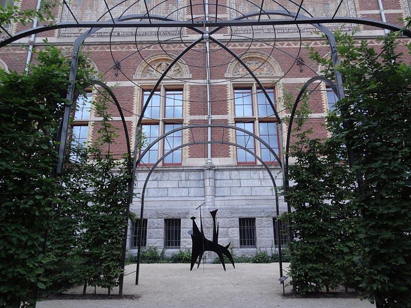 8 Calders The Dog, 1958, geleend van Middelheim Museum uit Antwerpen.