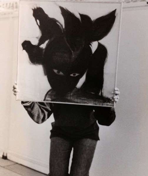 photo of the artist with painting foto door Chuck Martin