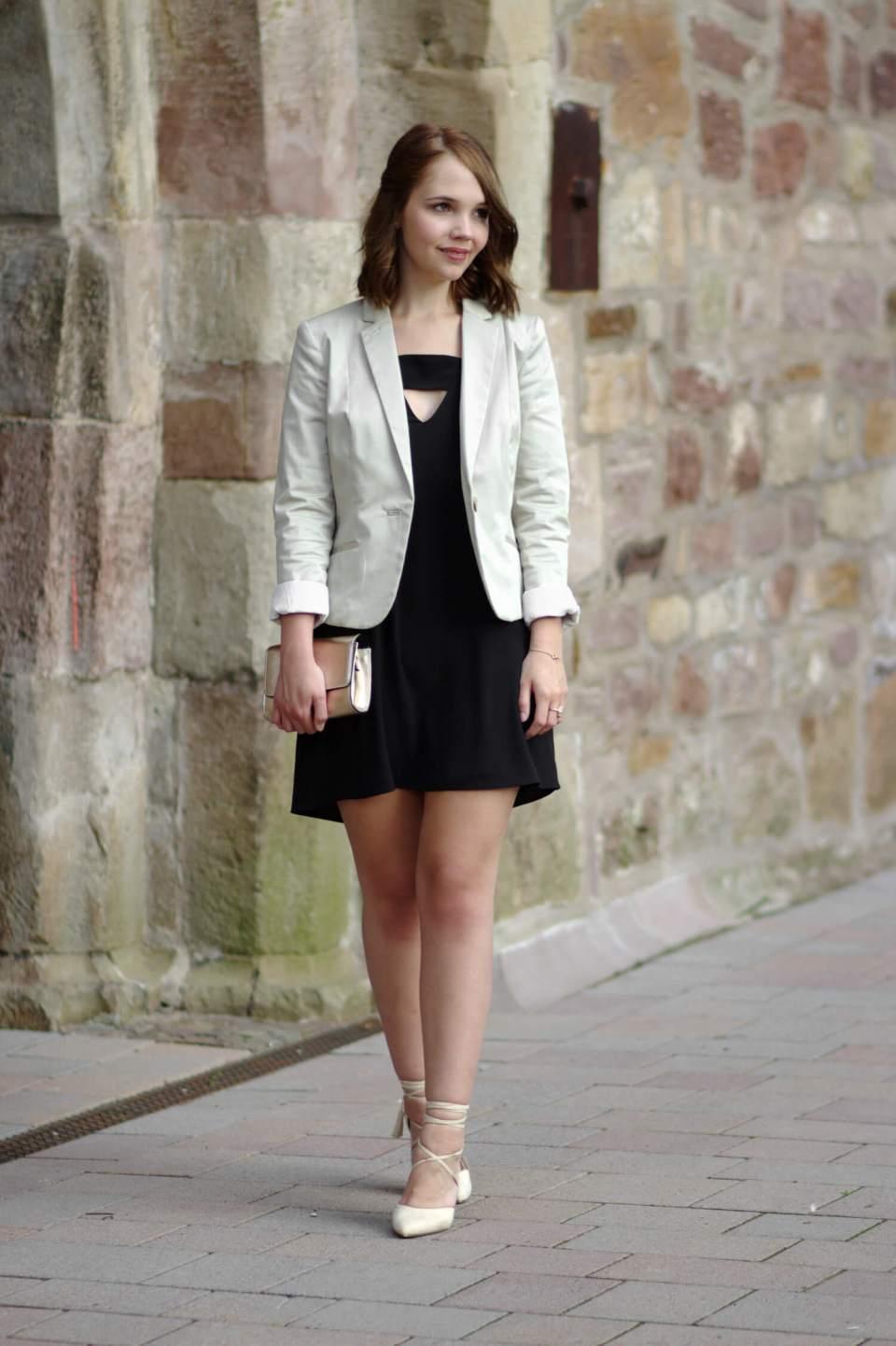 Das Richtige Outfit Für Eine Hochzeit Hochzeitsoutfit Schwarzes Kleid Beiger Blazer