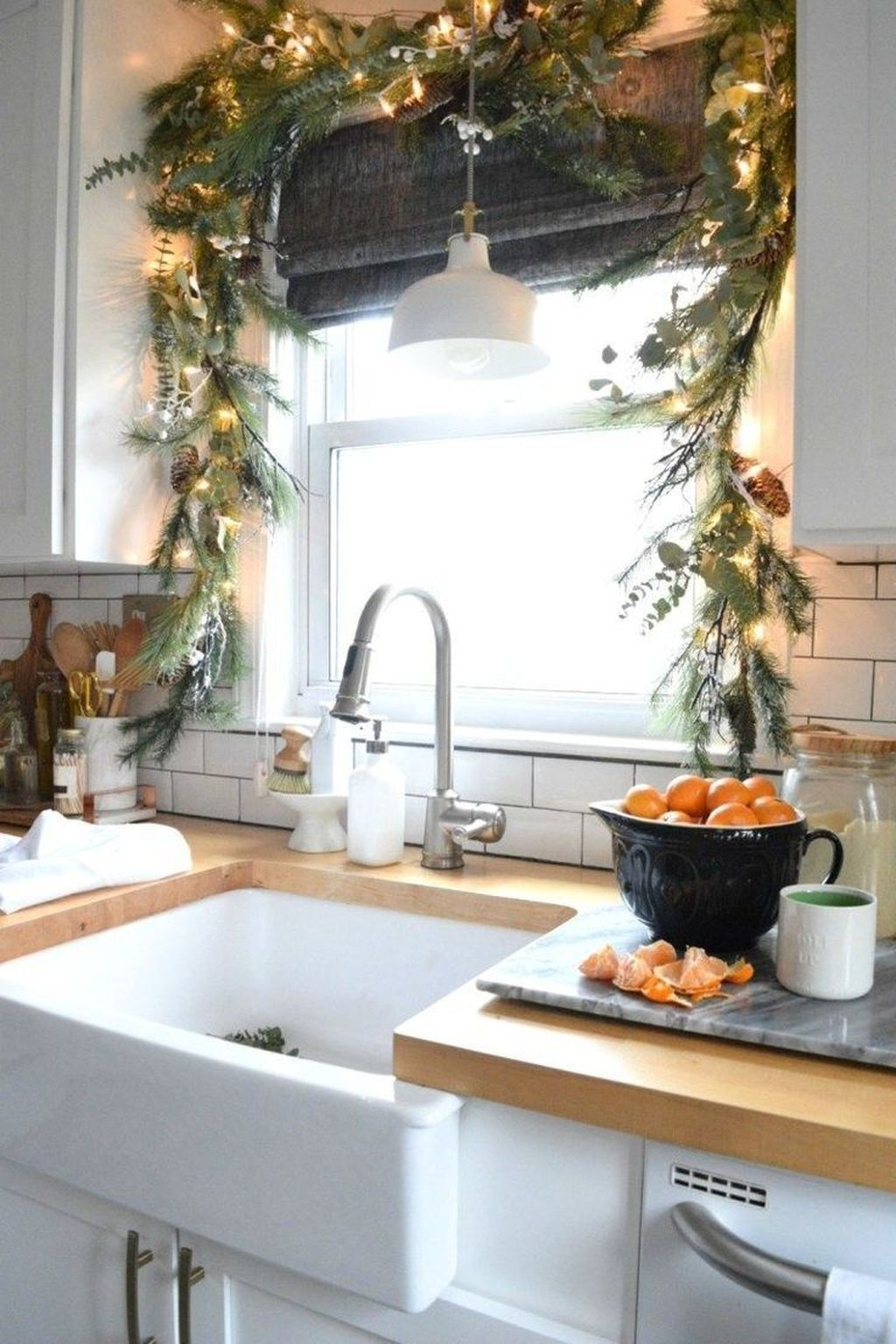 Gorgeous Christmas Apartment Decor Ideas 37
