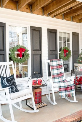 Lovely Red And Green Christmas Home Decor Ideas 46