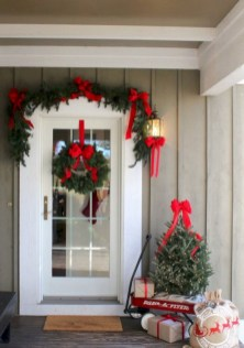 Perfect Christmas Front Porch Decor Ideas 39