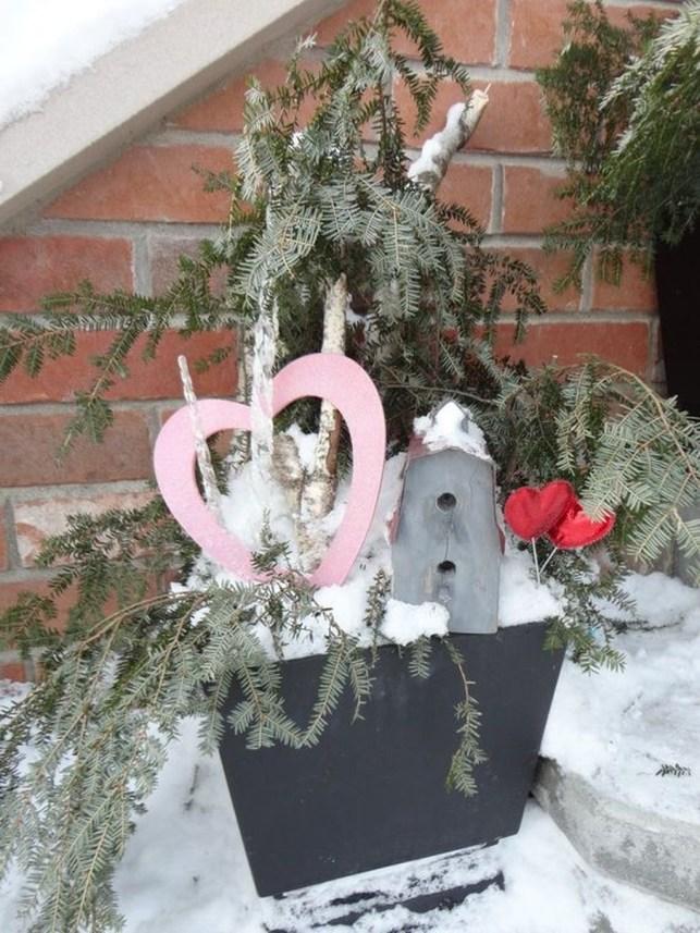 Unique Outdoor Valentine Decor Ideas 43