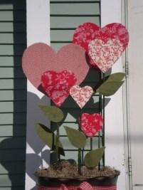Unique Outdoor Valentine Decor Ideas 49