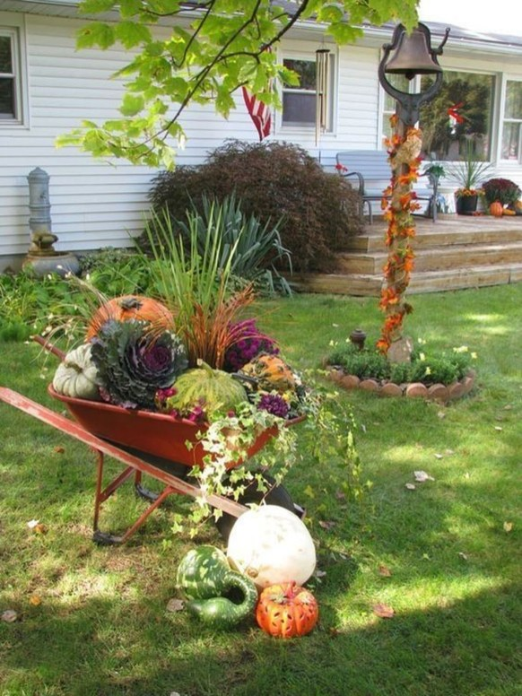 Incredible Autumn Decorating Ideas For Backyard 33
