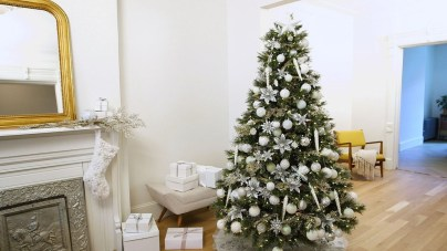 Best Home Decoration Ideas With Snowflakes And Baubles 36