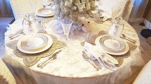 Best Home Decoration Ideas With Snowflakes And Baubles 44