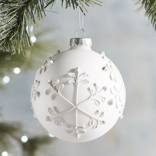 Best Home Decoration Ideas With Snowflakes And Baubles 45