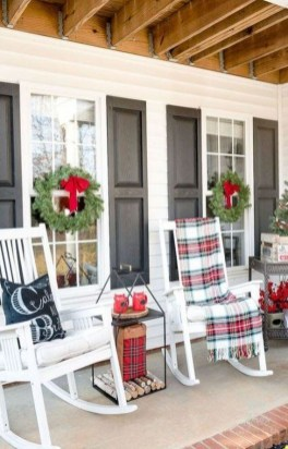 Awesome Christmas Farmhouse Porch Décor Ideas 14