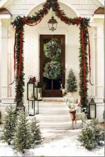 Awesome Christmas Farmhouse Porch Décor Ideas 29