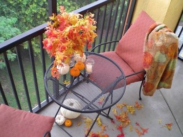 Creative And Simple Fall Balcony Décor Ideas For Small Apartment08