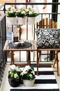 Creative And Simple Fall Balcony Décor Ideas For Small Apartment14