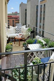 Creative And Simple Fall Balcony Décor Ideas For Small Apartment25