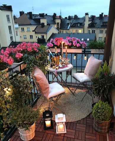 Creative And Simple Fall Balcony Décor Ideas For Small Apartment32