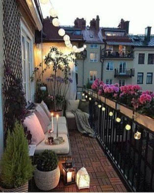 Creative And Simple Fall Balcony Décor Ideas For Small Apartment33