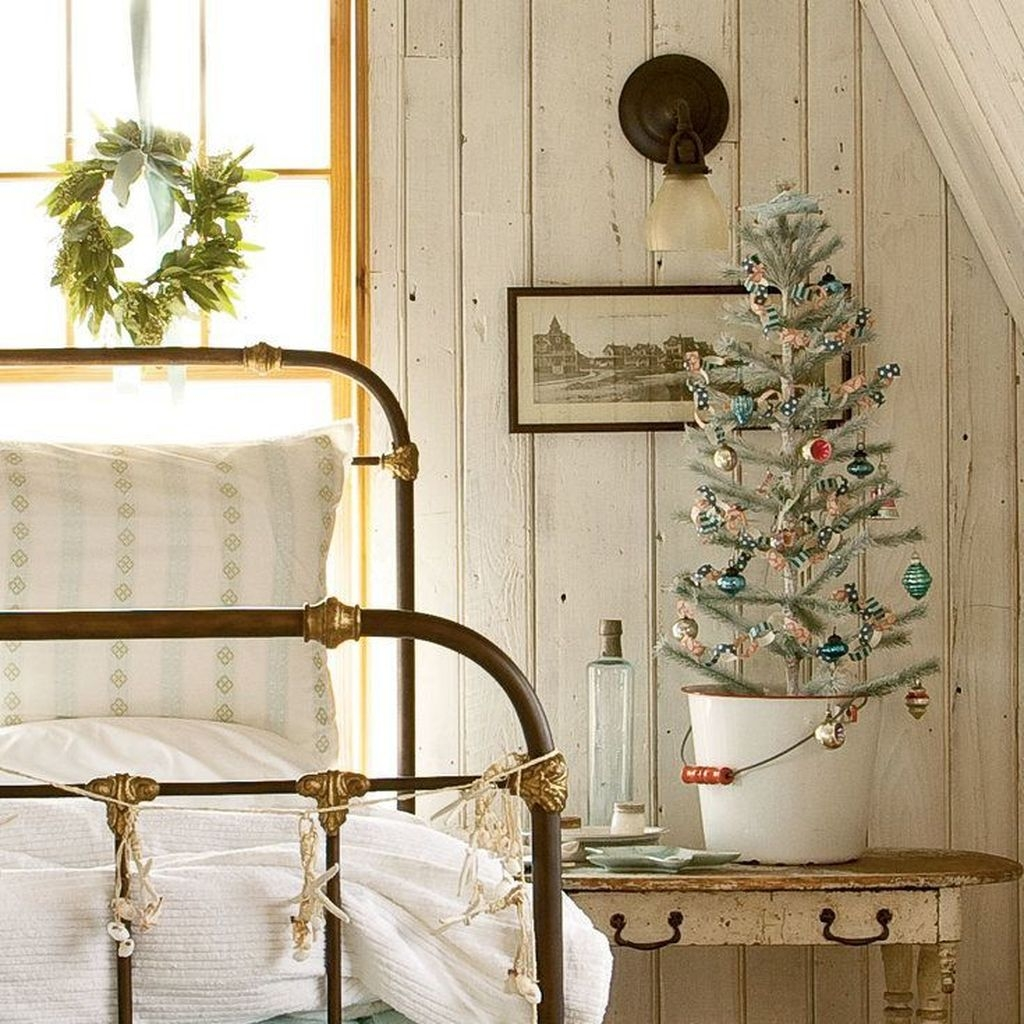 Perfect Christmas Bedroom Decorating Ideas23