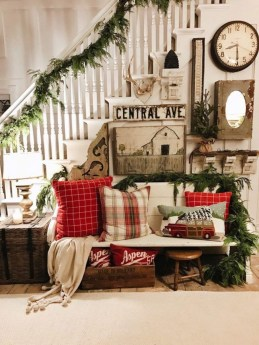 Stunning Farmhouse Christmas Entryway Design Ideas26