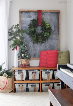 Stunning Farmhouse Christmas Entryway Design Ideas27
