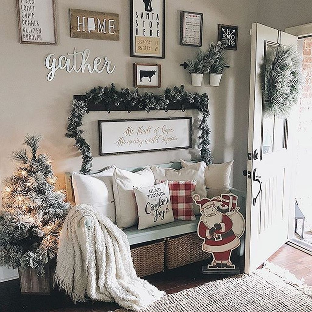 Stunning Farmhouse Christmas Entryway Design Ideas32