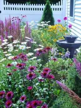Beautiful Front Yard Cottage Ideas For Garden Landscaping24