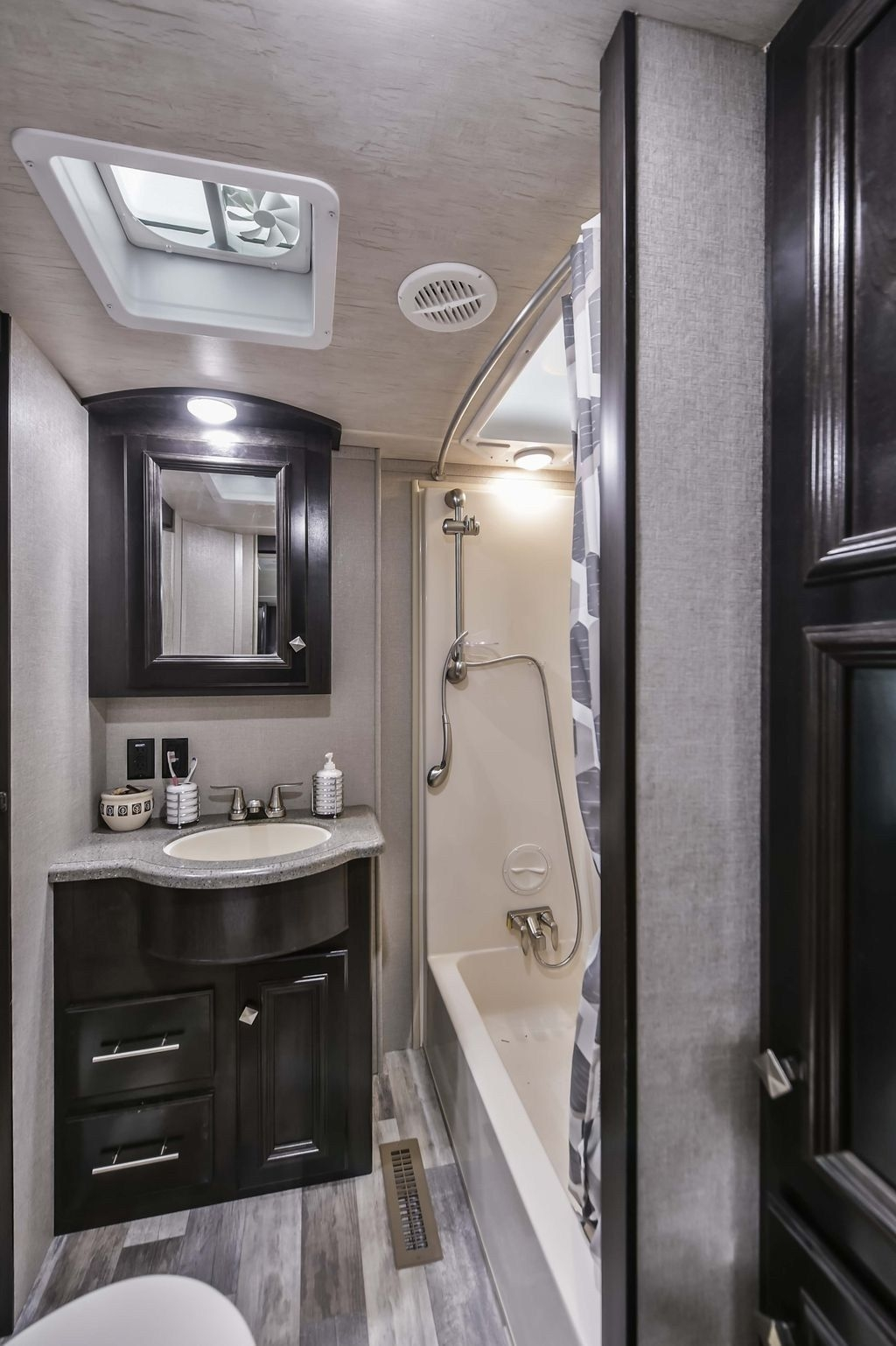 Fascinating Rv Remodel Ideas For Bathroom On A Budget45