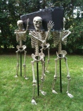 Amazing Outdoor Halloween Decorations Ideas For This Year12