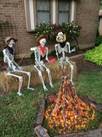 Amazing Outdoor Halloween Decorations Ideas For This Year14