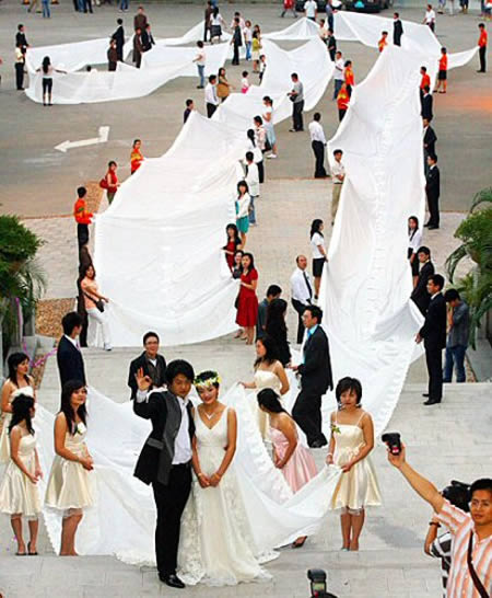 A bride from China wore 200 meters long veil in order to set a record