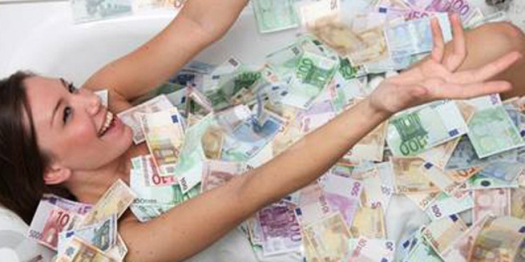 Suspect of Mass Embezzlement took a Selfie bathing with cash