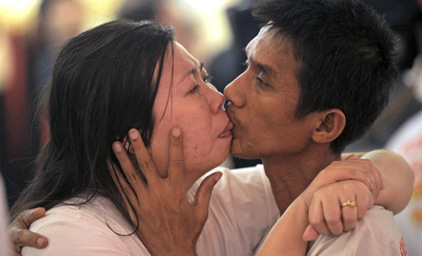 Thailand Couple Breaks For World Record for Longest Kiss
