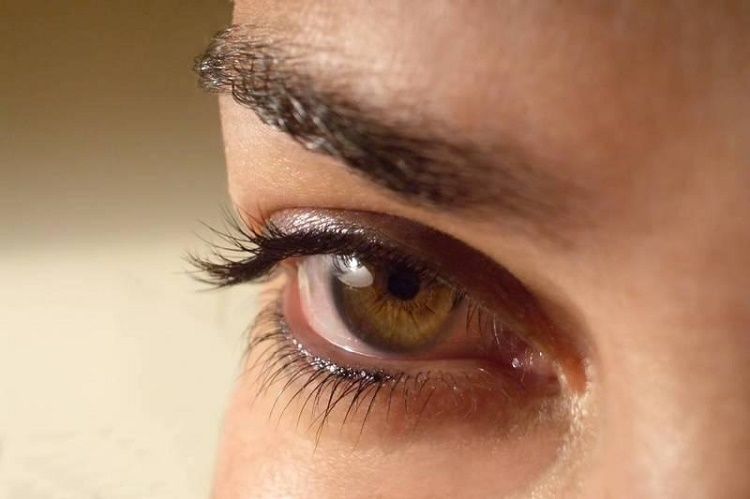 What are some of the serious signs of eye lid twitching?