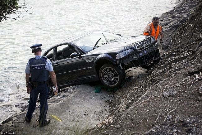 Taking out the drowned car from water