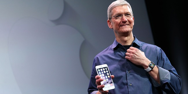 tim cook presenting the iphone