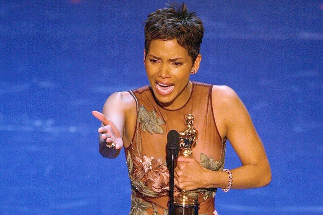 Halle Berry accept her Oscar for Best performance