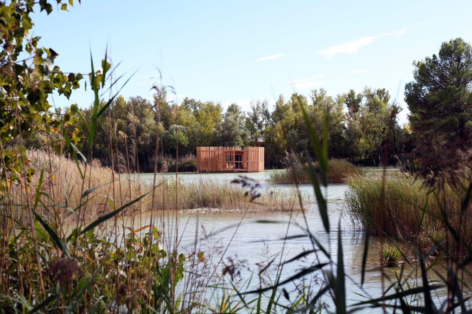 the floating cabins of the 39 cabanes des grands cepages 39 avignon trendland. Black Bedroom Furniture Sets. Home Design Ideas
