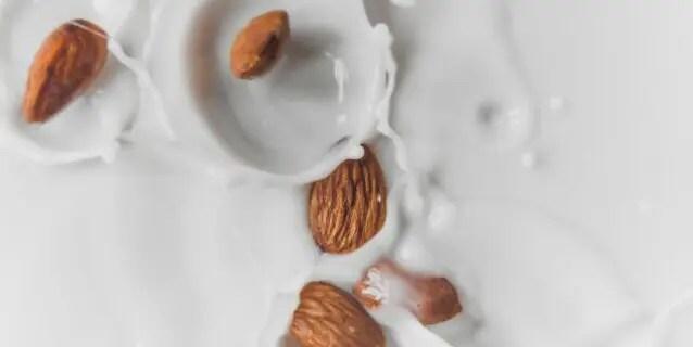アーモンドミルクが人気!豆乳との違いや成分や効果、メリットやデメリットを紹介