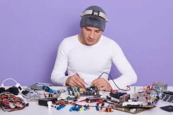 Smart Hands Support - Field-technician-repairs