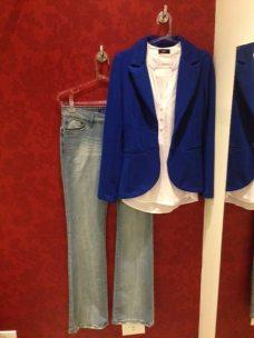 Trendy Store_Blazer azul, camisa branca e jeans flare
