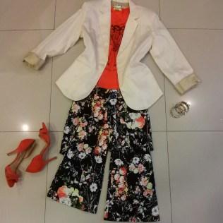 Trendy Store_Blazer off-white + camiseta + flare floral dark