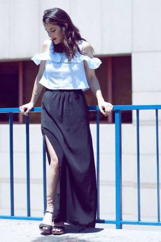 look-sencillo-low-cost-económico-camiseta-hombros-aire-falda-larga-trendytwo-trendy-two-carmen-marta-gemelas-1